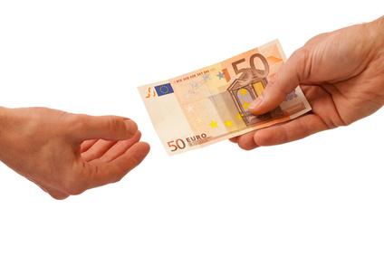 Geldübergabe, Geld Geschenk, Bestechung, Korruption